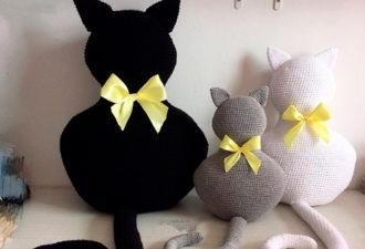 Забавная вязаная подушка-игрушка в виде кошечки