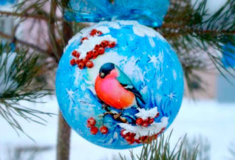 """Пластиковый шарик """"Снегирь и рябина"""""""