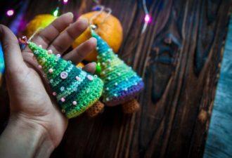 Милые елочки-сувениры из остатков пряжи: просто и красиво