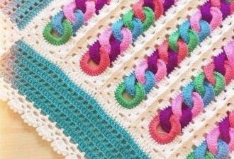 Необычный детский плед крючком с узором из разноцветных колечек