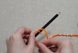Декор из обычного карандаша и остатков пряжи