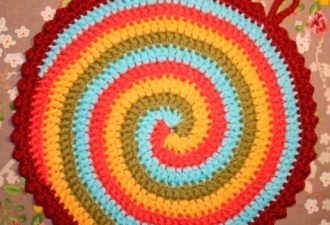 Как сделать завораживающий вязанный коврик